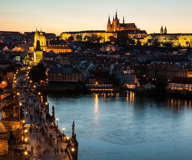 Città by night con Ponte Carlo e castello sullo sfondo, Praga - Repubblica Ceca